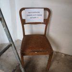 Stuhl mit Hinweis im Glockenturm